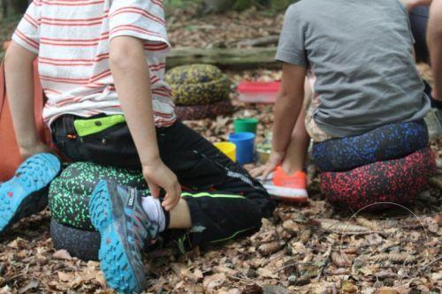 stapelsteine-picknick-sitzen
